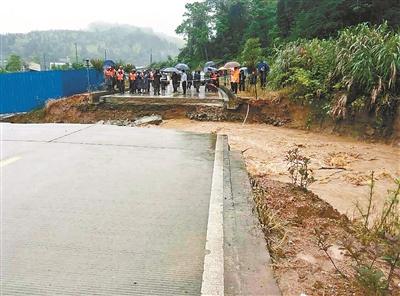 通旧事发地的公路被泥石流冲断 供图/王密斯