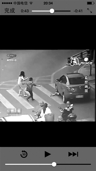 南充一位4岁男童在过斑马线时被轿车撞倒卷入车底,并被轮胎从身上轧过,比来几天,这段视频诱发泛滥网友重视。但让网友们称奇的是,男童从车底被救出后,经审查,竟只受了一些重伤。