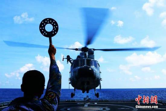 图为5月7日,航行至南海某海域的南海舰队远海训练编队,组织直升机组进行了多科目、高强度实战化训练。