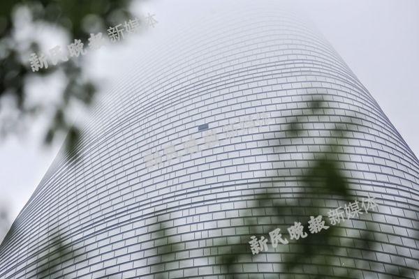 图说:上海核心玻璃掉落。新民晚报新民网记者萧君玮 摄