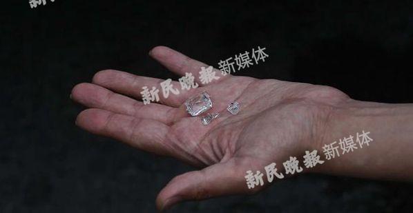 图说:掉落的玻璃碎渣。新民晚报新民网记者萧君玮 摄