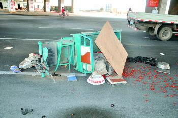 电动车死亡车祸高发, 图为一辆电动三轮翻倒在路上。 交警供图