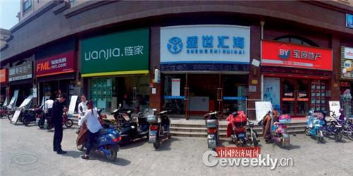 宝山区顾北路房产中介一条街,几乎看不到购房者《中国经济周刊》记者 劳佳迪 摄
