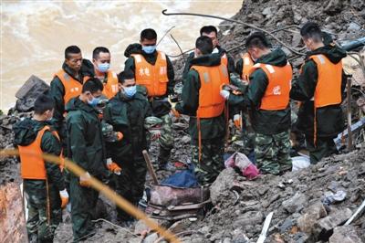 昨天,营救职员在灾祸现场向罹难者致哀。 新华社记者 张国俊 摄