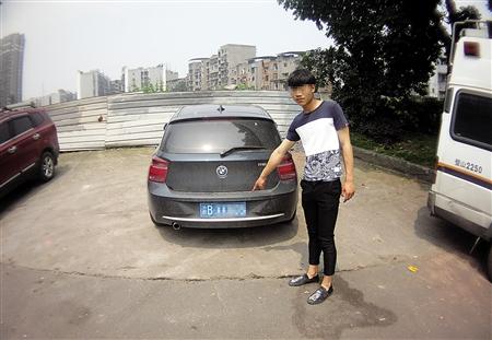 张斌(假名)指认驾御的车辆 璧山警方供图 商报图形 肖遵怡 制