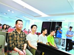 四人被控告欺诈罪,此中何伟胜(左二)为正犯。