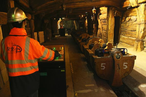 """上海迪士尼游乐园内,工作人员在操作""""七个小矮人矿山车""""。"""