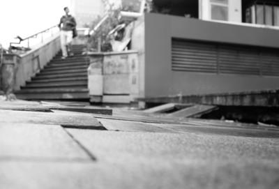 事发所在:马鞍山路与望江路交口东北角一处约10米长的通道通道的路面为石板铺成。石板之间因地上下沉而充满裂缝,沿通道中心有明明折断痕。(刘职伟/摄)