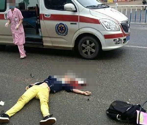 一位定南网友曝称,目击一辆救护车飞速撞翻一部垃圾车后又撞倒一名骑自行车上学的小女孩。
