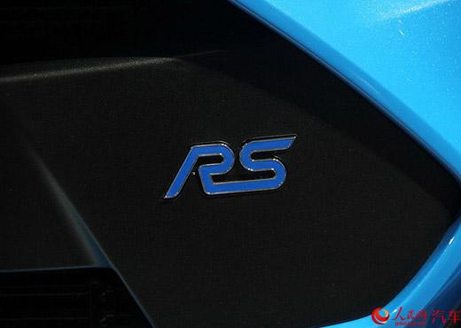 外观方面,作为福克斯的性能版本,<b>pinse新网址</b>RS的外观设计重点在于突出其性能。前脸巨大的进气口、保险杠两侧的发动机散热孔、后扩散器、双边共两出排气管,车尾大尺寸的固定式尾翼以及黑色专属合金轮圈,无不在散发着强烈的运动气息。