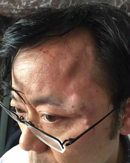 被打伤大夫的相片。微博图