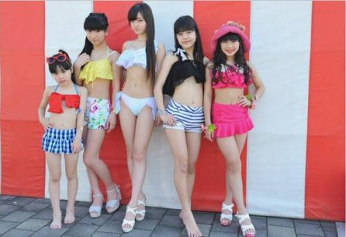 """""""Soror""""日前在神州岛福冈加入流动,除了现场扮演歌颂及跳舞,成员们也轮流衣着比基尼走秀,均匀年龄仅12岁的她们,身体却成熟如1七、8岁的少女,团员仲村星虹的牢固腹肌和嫩白长腿,更是惹起网友重视,很多人都示意看到相片不敢置信她仅是位小门生。不外,也有人以为这么小的年岁就走性感风,仿佛不太妥帖,惹起正反评论。"""