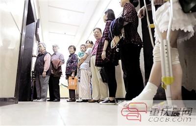 居民们在一楼排长队等电梯。 本报记者 杨新宇 摄