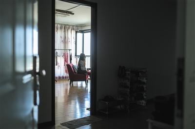 10日,大兴某小区,一位自如租客称财物此前被盗。女租客称,检查卧室的门锁没有被撬的痕迹。新京报记者 彭子洋 摄