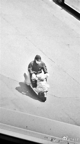 嫌犯逃窜时骑一辆用红色蛇皮袋罩住的踏板式摩托车