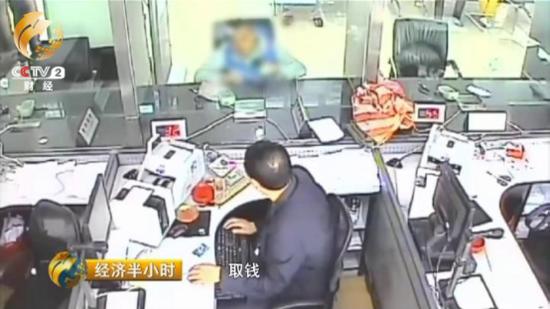 被警方抓获的时候,犯罪嫌疑人正在电脑上发布用于售卖假药的广告。