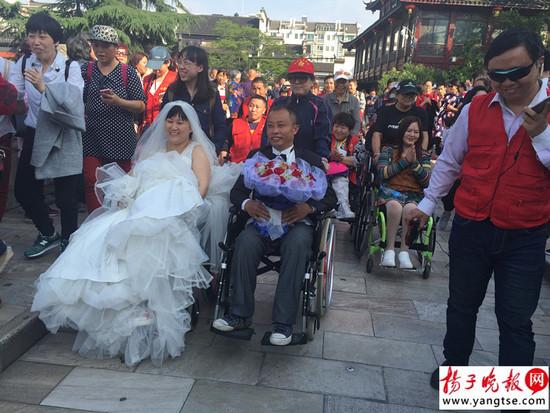 穿上婚纱高高兴兴游夫子庙
