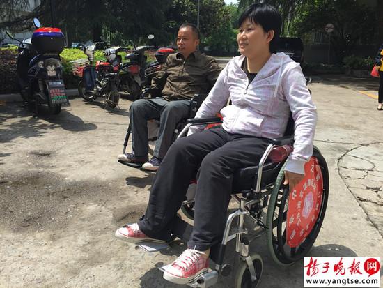 轮椅上的夫妻相濡以沫
