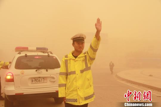 图为遭遇沙尘暴侵袭的且末县城。 热孜玩古丽・司马义 摄