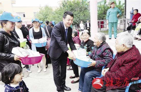 """为发扬合众公益关注养老、关注老年人生活的宗旨,将""""合众公益爱心传递""""的精神发扬光大,5月10日,合众人寿驻马店中心支公司开展合众公益暨河南合众成立11周年之走进康乐托老院助老活动。通过此次活动表达其对老人的关爱,让更多的老人感受到更多的关怀和温暖。图为该公司负责人向康乐托老院老人赠送物品。"""