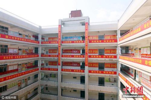 2016年3月26日,湖北省襄阳市,一所高级中学冲刺高考的正能量励志横幅挂满校园。视觉中国