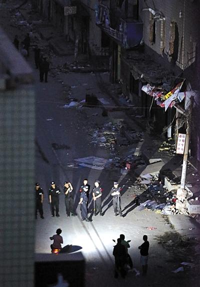 5月10日,郑州惠济区薛岗中街,警方在拆迁户杀人事发地左近值守。当全国午,一位女子持刀捅死3人,捅伤1人,后被警方击毙。 图/CFP