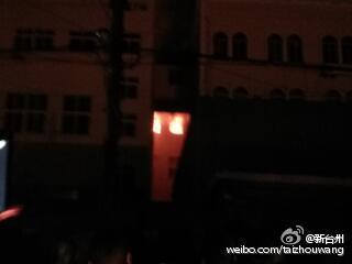 图为火灾现场,目前了解无人员伤亡。