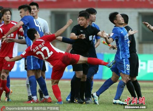 5月11日下午,2016年中国足协杯第三轮继续进行,业余球队武汉宏兴在主场0-1不敌足协杯卫冕冠军江苏苏宁。最后时刻两队发生冲突,苏宁球员谢鹏飞疑似遭到群殴。Osports全体育图片社