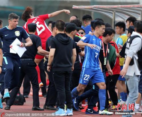 5月11日下午,2016年中国足协杯第三轮继续进行,业余球队武汉宏兴在主场0-1不敌足协杯卫冕冠军江苏苏宁。最后时刻两队发生冲突。Osports全体育图片社