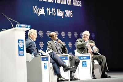 5月11日,在卢旺达首都基加利,卢旺达总统卡加梅(中)、英国前首相托尼·布莱尔(左)和霍华德·巴菲特基金会主席霍华德·巴菲特出席第26届世界经济论坛非洲峰会。 世界经济论坛官员日前在卢旺达对媒体说,第26届世界经济论坛非洲峰会将探索非洲大陆迎接数字转型的方式,面对技术快速发展变化,非洲领导人需寻求新方法完成结构转型。一些与会的专家和学者表示,非洲迎