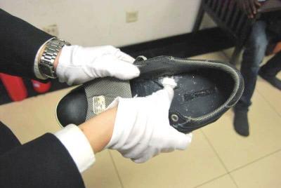 海关法律人员在鞋底中发觉毒品。京华时报通信员 唐延智 摄