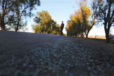 昨日,山西朔州市毛皂村抓捕现场,汽车碎玻璃散落在路边。本版摄影(除署名外)/新京报记者 侯少卿