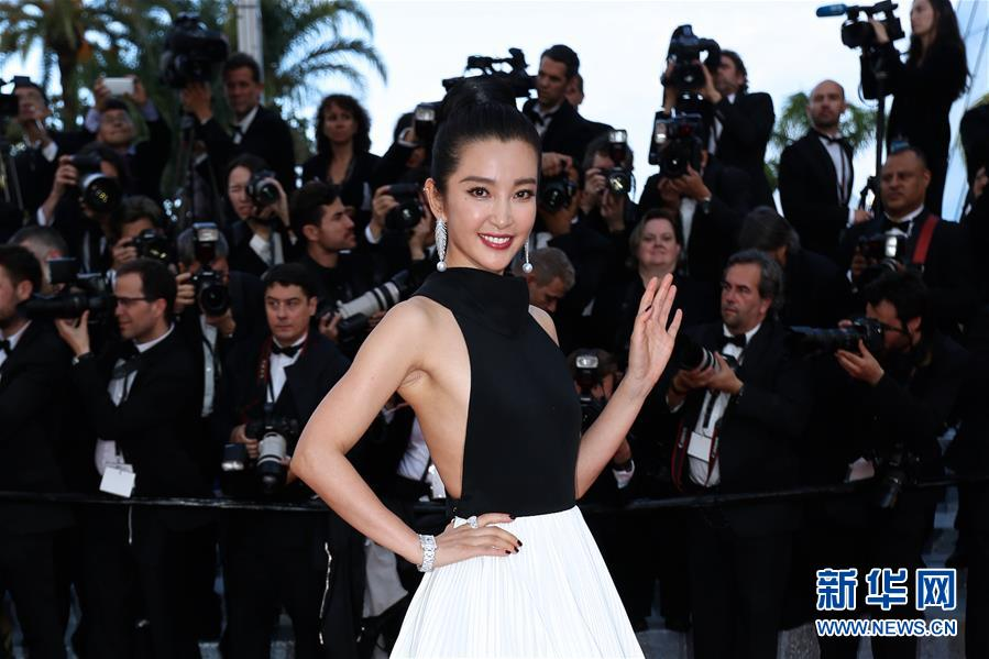 5月11日,在法国戛纳,中国演员倪妮亮相第69届戛纳国际电影节开幕式红毯。