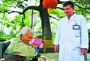 医务人员关爱麻风病人。