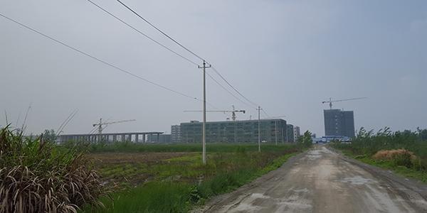 一条土路通往仍在缔造当中的武穴中学新校区。 磅礴新闻记者 周琦 图