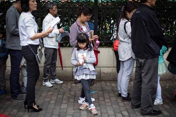 2015年5月7日,上海,一位女孩正在排队等候进校,参加幼升小面试。 本文图片均来自澎湃新闻记者 杨深来
