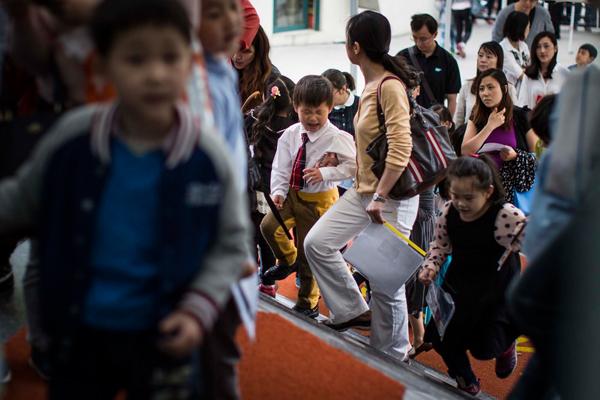 2016年5月7日,上海,孩子们在家长的陪同下进入学校参加参加幼升小面试。