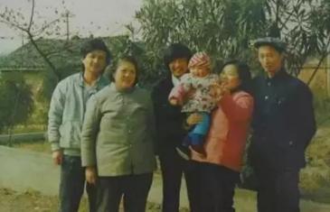 陈满(左一)和家人的末了一张合影