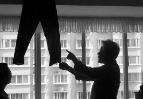 5月12日,湖南省地质矿产勘查开发局四二队家属区,辛奶奶怀疑在服装展销会上买到的就是自己去年捐出的旧裤子。组图/记者华剑