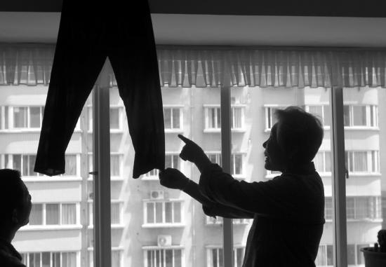 5月12日,湖南省地质矿产勘查开发局四二队家属区,辛奶奶怀疑在服装展销会上买到的就是自己去年捐出的旧裤子。