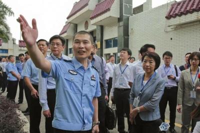 珠海市公安局副局长李红平向台湾代表团引见看管所状况。京华时报通信员 陈路坤 摄