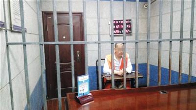 """5月5日,江西宜春市看守所,""""开心复利""""负责人马某接受采访。他利用该网站传销,三个月内有上万人参与。 新京报记者 曹晓波 摄"""