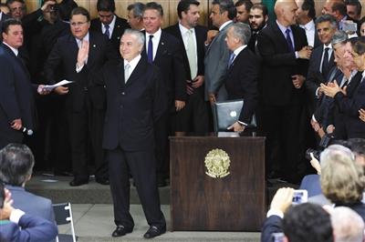 当地时间5月12日,巴西代总统特梅尔向国民发表讲话前,与听众打招呼。图/东方IC