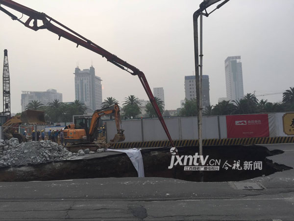 南昌地铁2号线八一广场站施工出现涌水涌沙,路面塌陷。