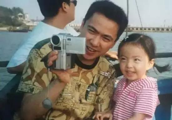她的父亲王中磊现任华谊兄弟传媒集团的执行总裁,身家已达到4亿元。换句话说,半个娱乐圈的明星,都是她家的。