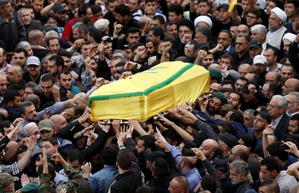 本地时刻2016年5月13日,黎巴嫩贝鲁特,穆斯塔法・巴德尔丁(Mustafa Badreddine)的棺柩从人群中抬过。 本文图像 东方IC 图