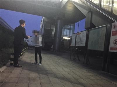 """5月12日晚,""""征卵子""""短信发出者向一名女子介绍""""捐卵""""。新京报记者 彭子洋 摄"""