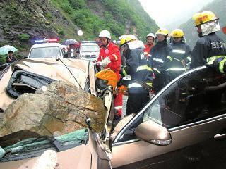 事发108国道周至县陈河段,开车女子被山石击中身亡,后座的老婆和1岁半女儿重伤