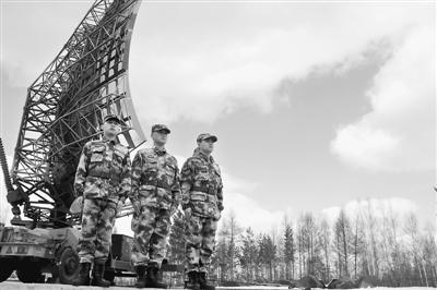 雷达站官兵在警卫雷达阵地。