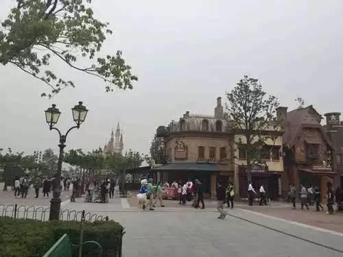 """下面来看看迪士尼的游乐设施吧!这是""""奇想花园""""区域,旋转木马是保留节目!"""